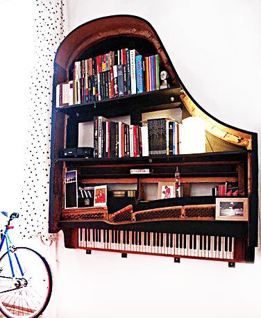 Snygg hyllförvaring på en musikalisk nivå. Det är så fint med instrument i ett rum.