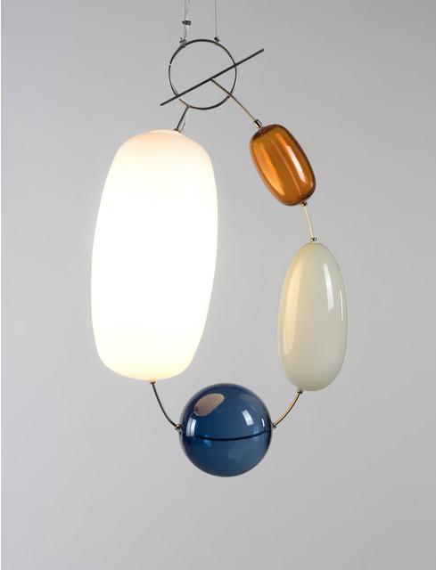 En lampa i färgat glas som lyser upp i mörkret.
