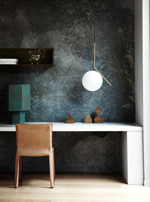 skrivbord och Flos lampa