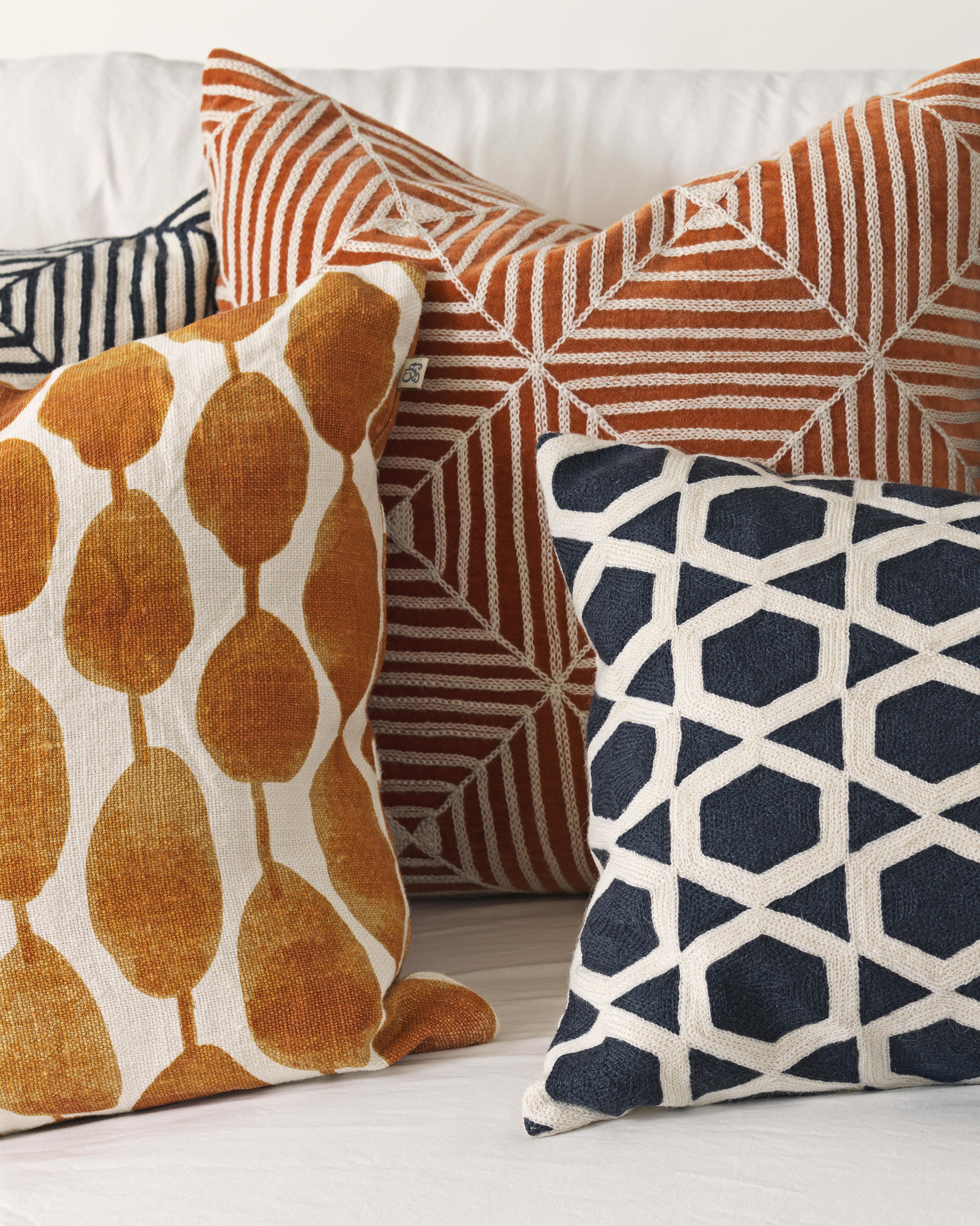 Kuddar, cushions, handbroderade, grafiska mönster