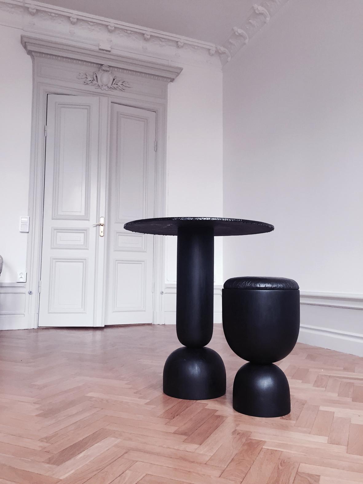 Svenskt tenns designstipendium,stol och bord format av återvunnet kaffesump och Kombucha te.