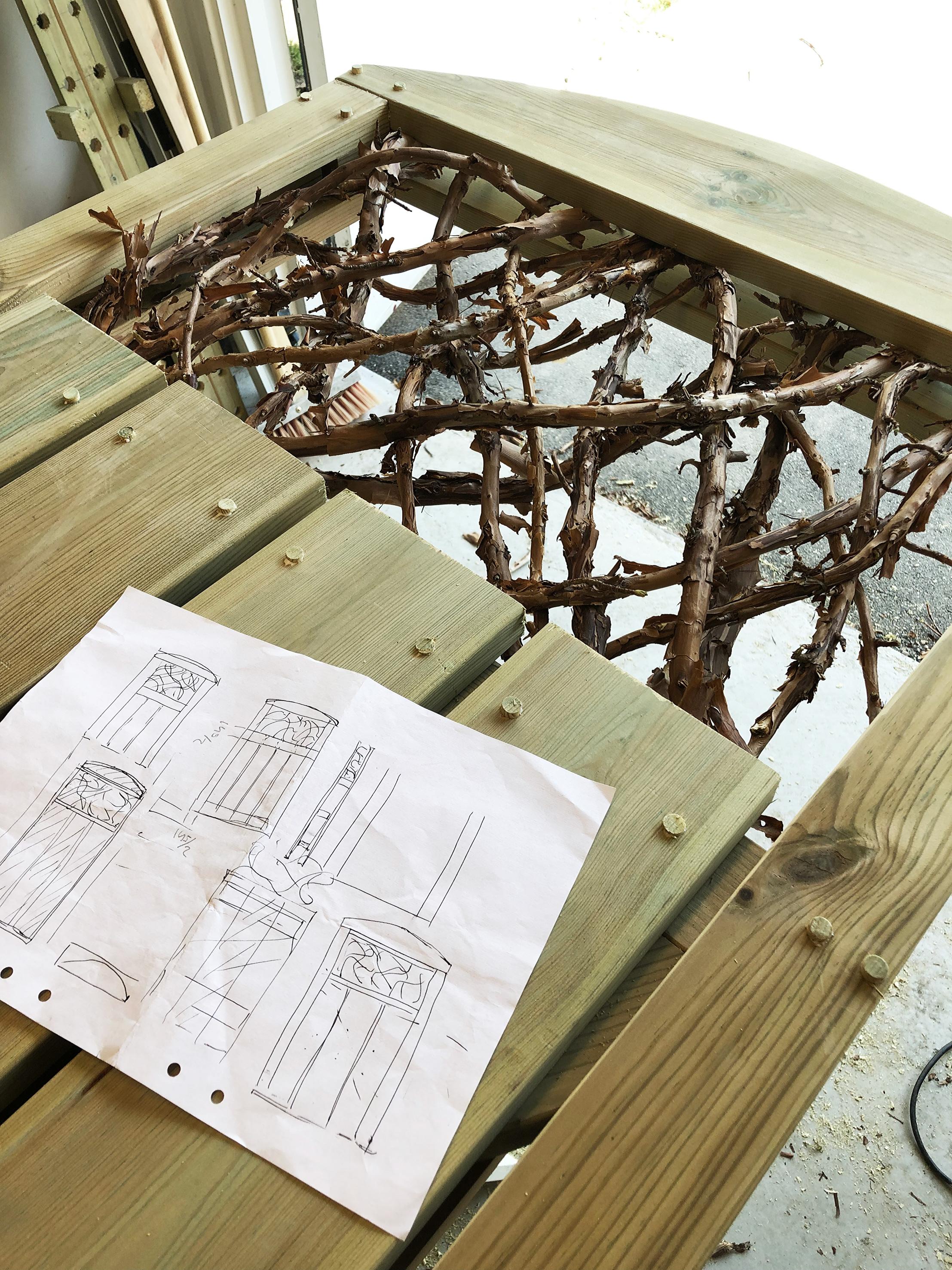 Skiss och slutresultat, kul att också få trycka in några träplugg för skruvhålen.