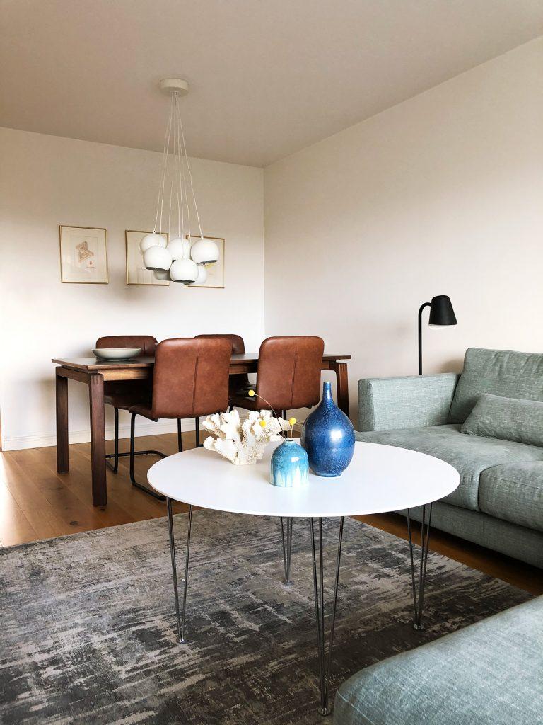 Matbord, matstolar, matplats, taklampa, soffa, soffbord, matta, läslampa. Valnöt, Brandonsoffa, Sits,Folkhemmet, Mio,