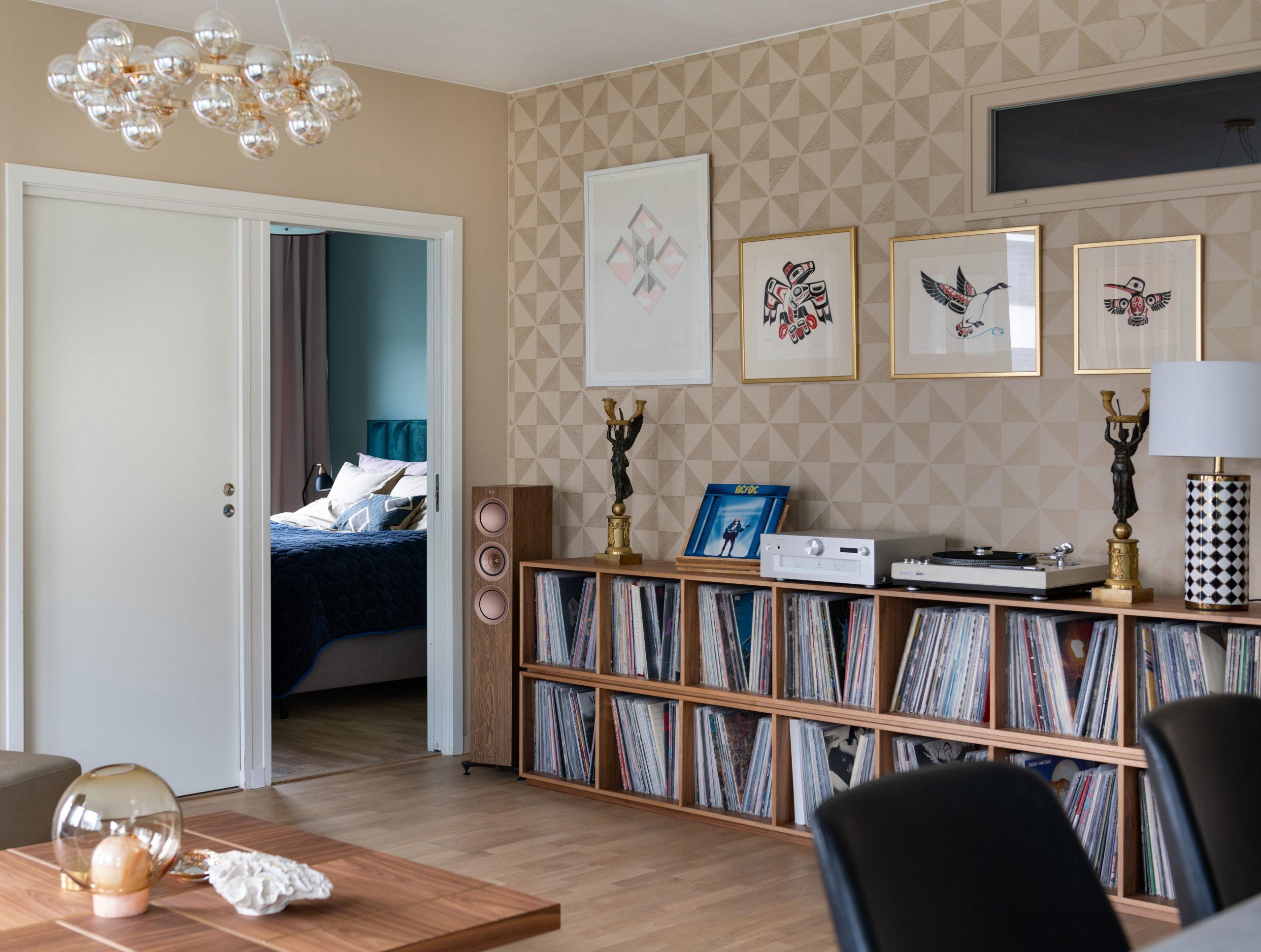 Vinylförvaring platsbyggd i valnöt, vardagsrum, taklampa, glas, bordslampa, soffbord.