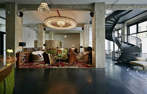inredning stockholm, trappa, fina soffor, coola lampor, moderna golv