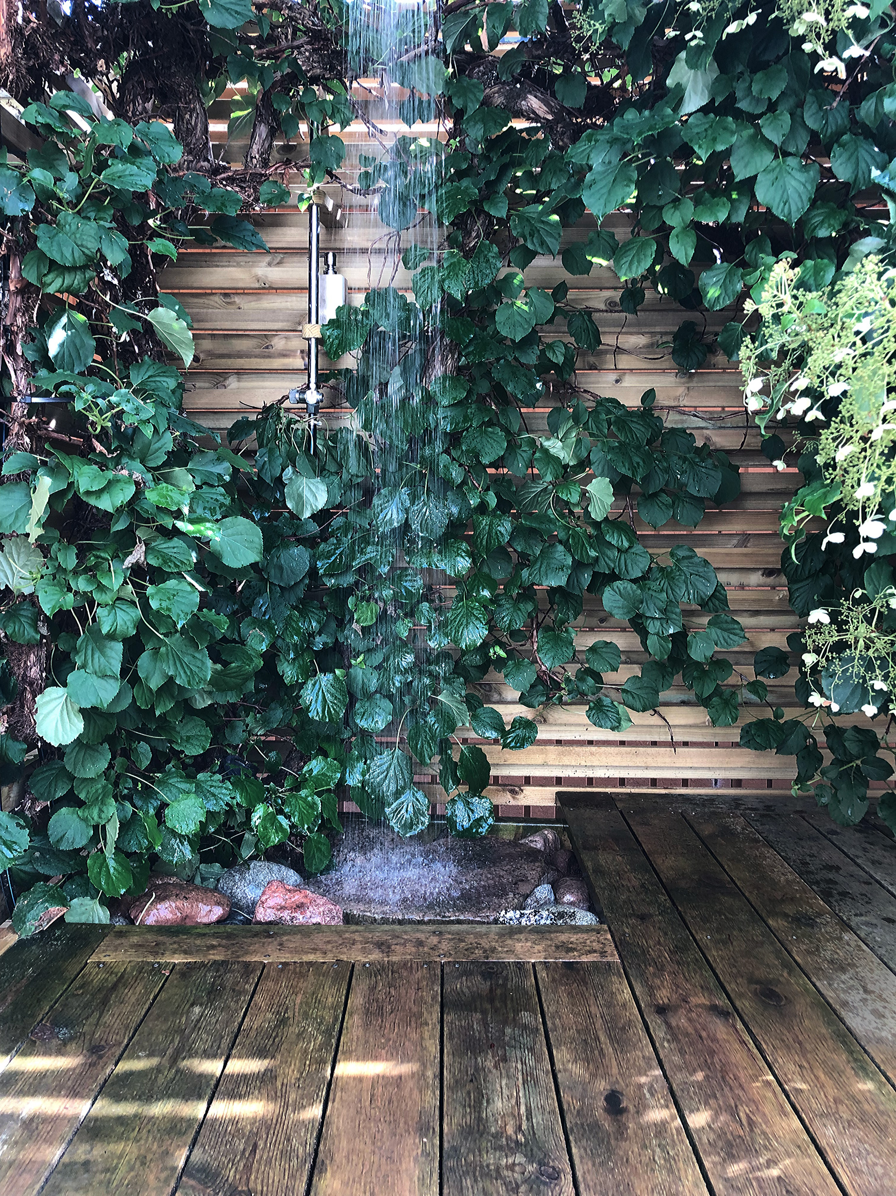 Utedusch ger mig en väldigt lyxig känsla av att vara så nära naturen. Så glad att vi kunde integrera den i hörnan med nya trädgårdsdörren och staketet. Outdoor shower gives me such a luxury feeling, staying close to nature. I'm so happy we could get this little nook in the corner of our new outdoor space.