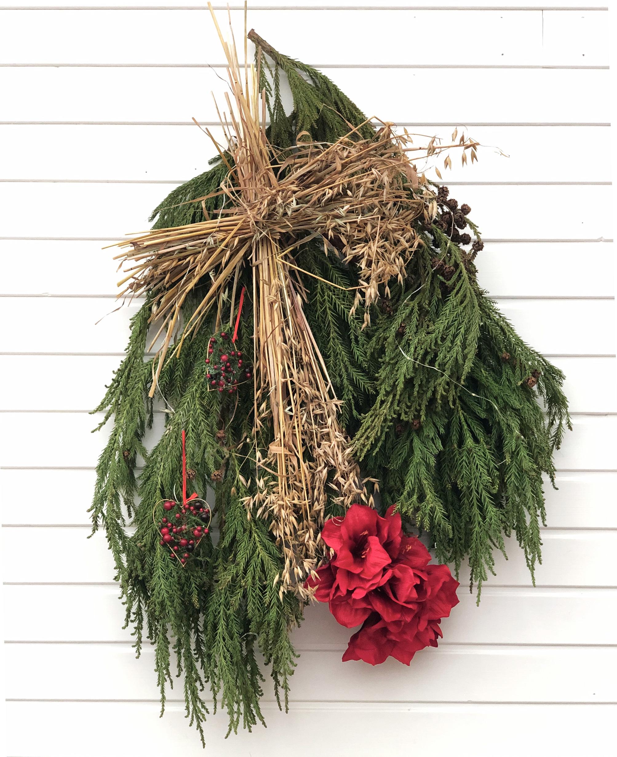 Juldekoration istället för julkrans. Den hänger jättefint på väggen vid kortändan av julbordet som i år fått en röd julduk.