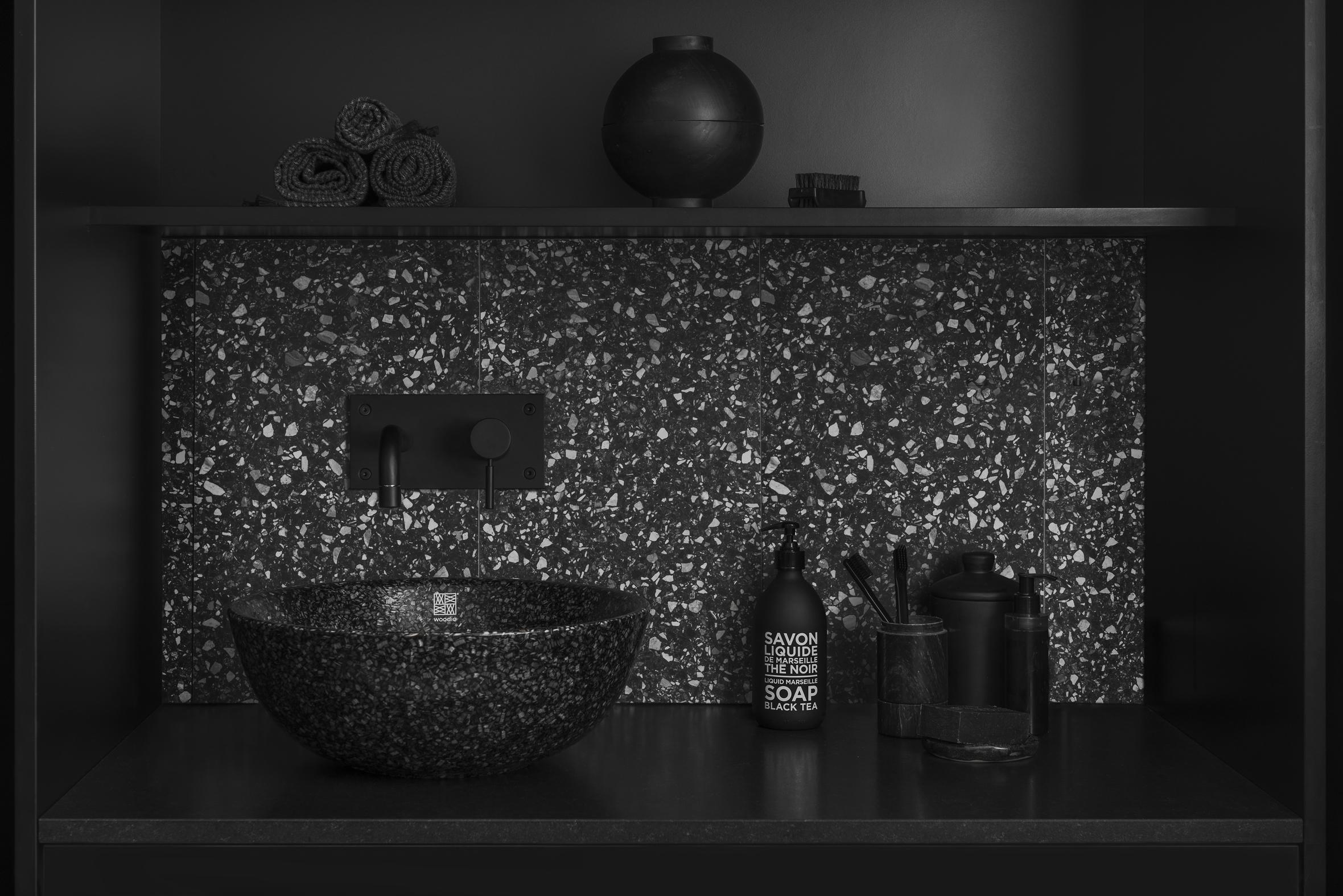 Miljömedvetenhet är som bekant ett högst aktuellt ämne och som inredare är det alltid roligt när man hittar fina produkter. Här är finska Woodio med badkar och handfat av träflisor och resin. Miljövänligt, vattentät och hållbar!