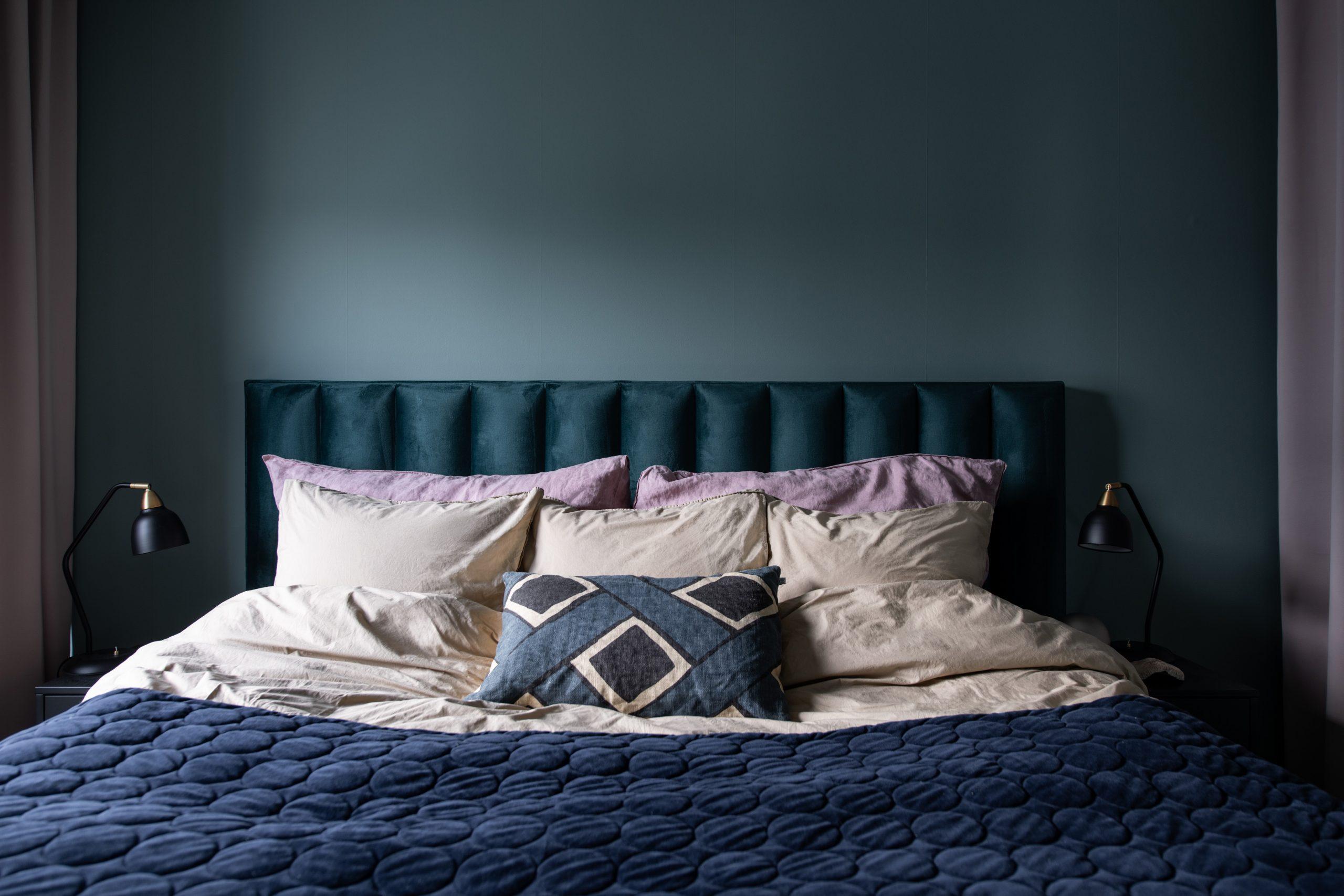 Ribbad sänggavel sammet. sänglampor